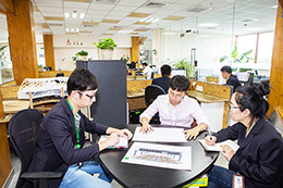 设计团队讨论设计稿